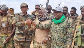 Field commander Sadaq John appears in the center of the photo, accompanied by the Minister of Internal Security of Galmudug State, Ahmed Fiqi, and the commander of the ground forces of the National Army, Mohamed Bihi.
